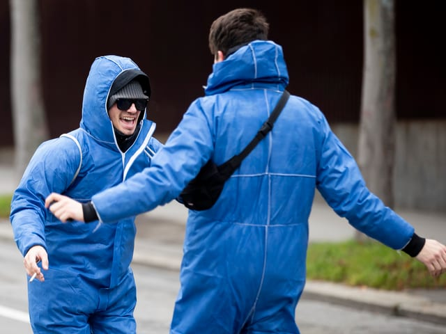 Zwei junge Männer freuen sich
