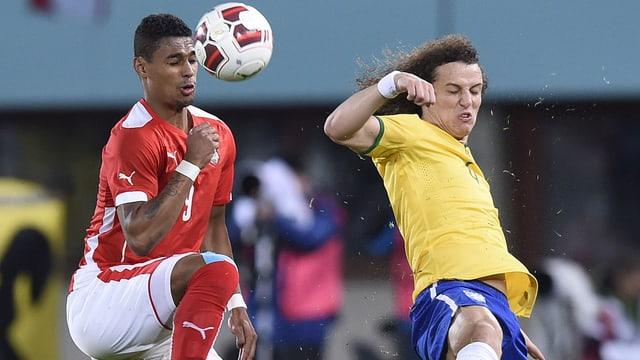 Rubin Okotie im Luftduell mit Brasiliens David Luiz.
