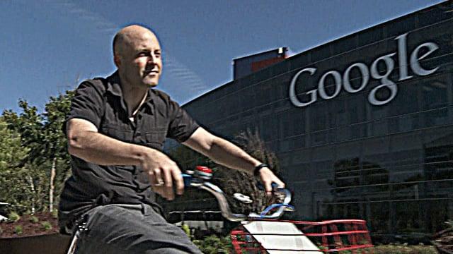 Alain Chuard auf Fahrrad vor Google-Gebäude