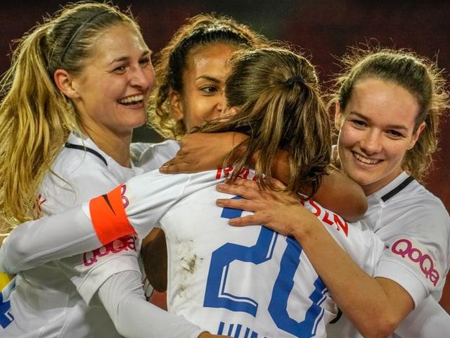 Die FCZ-Frauen bejubeln ein Tor