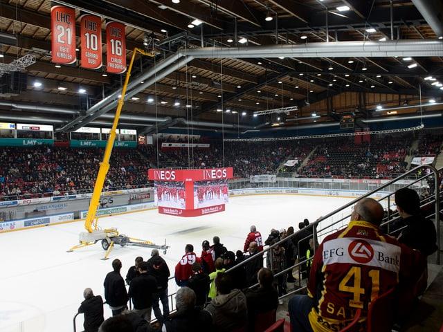 Der Videowürfel in Lausanne hängt knapp über dem Eis.