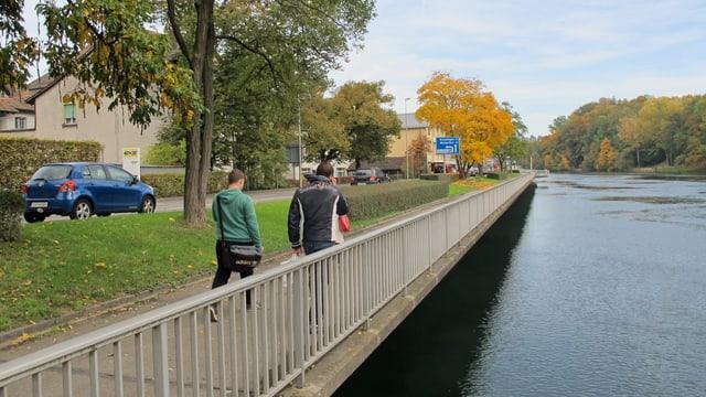 Die Rheinuferstrasse heute mit grosser Autospur und schmalem Spazierweg.