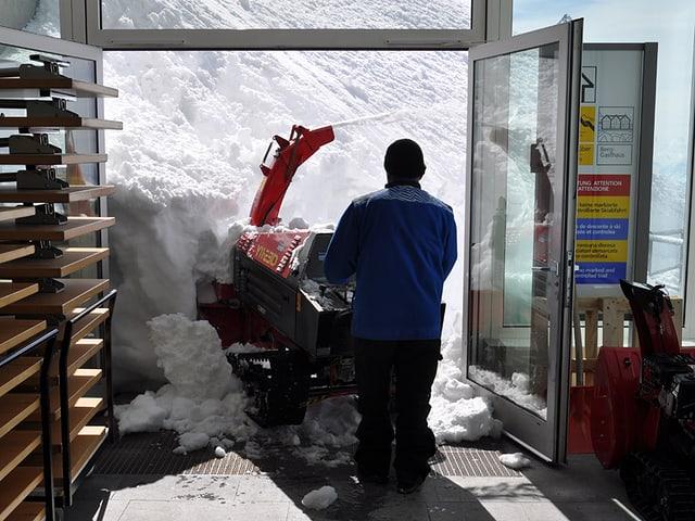 Schneefräse muss sich aus der Garage raus fressen