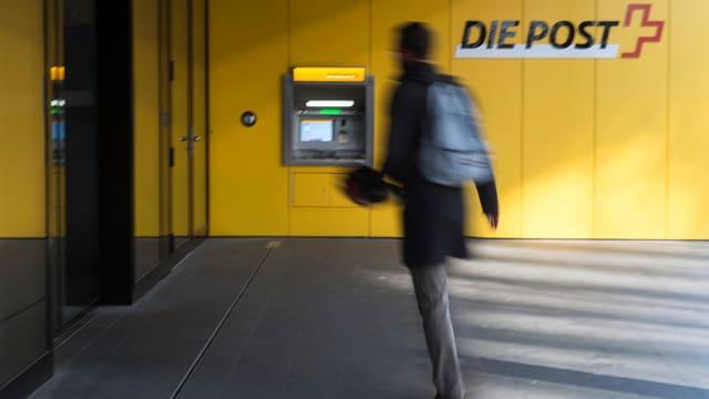Mann eilt zu einer Poststelle