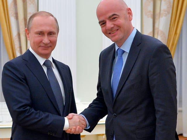 Wladimir Putin und Gianni Infantino schütteln sich im Kreml die Hände.