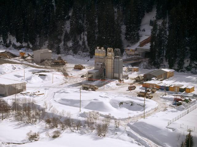Eine Uebersicht der Baustelle des Zubringerstollens der Neat in Sedrun am Mittwoch, 23. April 1997.