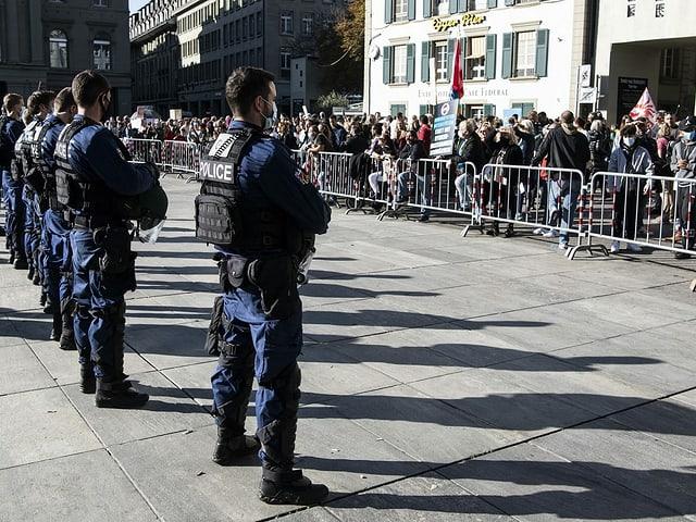 Polizisten stehen Demonstrierenden gegenüber.