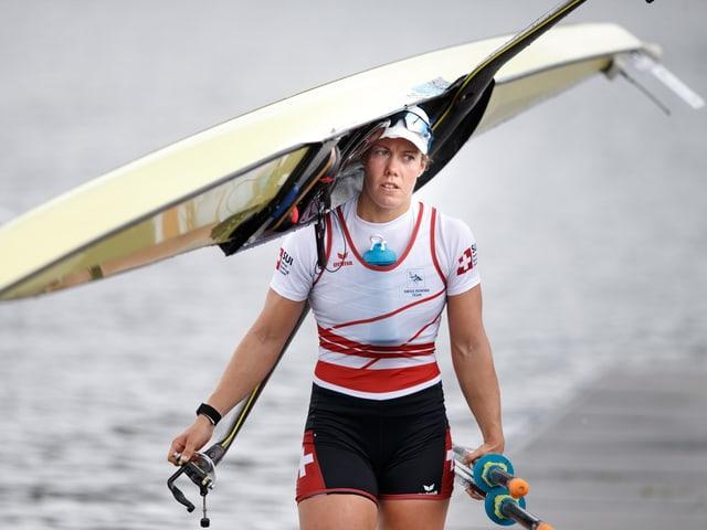 Jeannine Gmelin schultert ihr Boot.