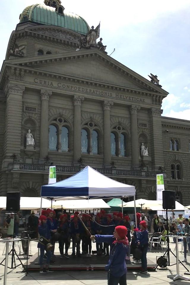 Per il martgà dals parcs svizzers han las scolaras ed ils scolars da la Val Müstair pachetà ora anc ina giada la chamischa da Chalandamarz, las plumpas e las giaischlas.