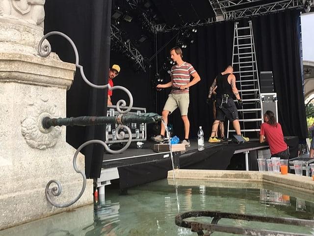 Bühne die über einen Brunnen gebaut wird