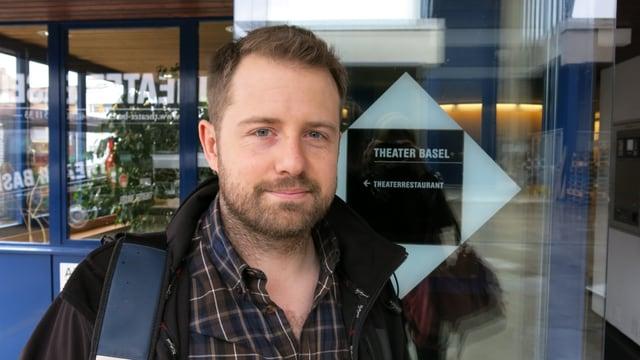 Gabriel Vetter vor dem Eingang des Theater Basel