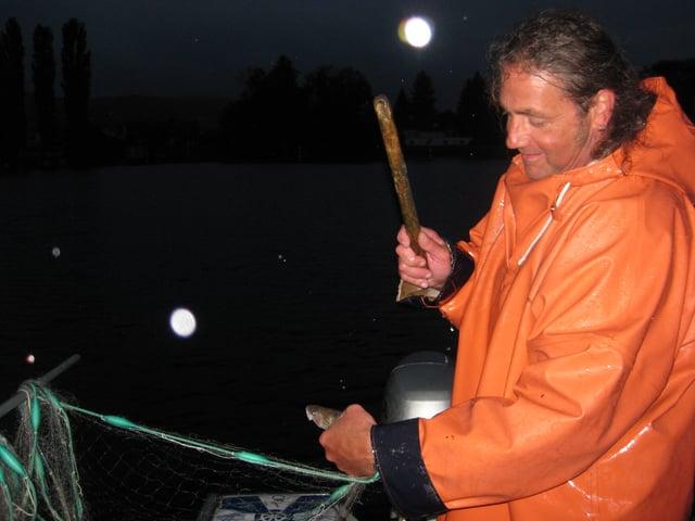 Kurz nach 4 Uhr zieht Rolf Meier die ersten Fische auch dem See.