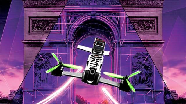 Eine Drohne fliegt unter dem Triumphbogen in Paris hindurch (Montage).
