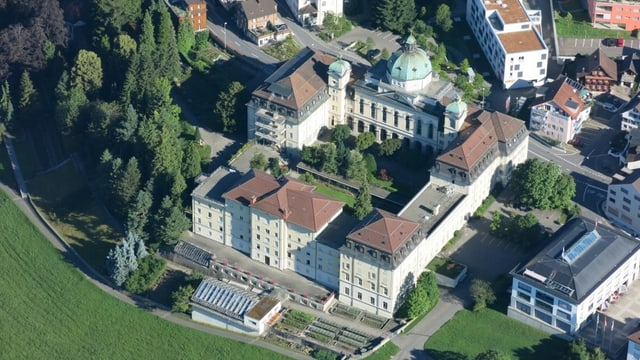 Flugaufnahme einer grossen Klosteranlage