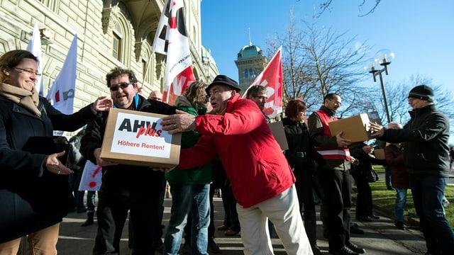 Gewerkschaftsmitglieder mit einer Kiste Unterschriften der «AHVplus»-Initiative vor der Bundeskanzlei