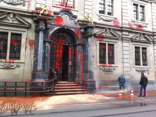 Reinigungsarbeiten nach dem Farbanschlag auf das Zürcher Rathaus.
