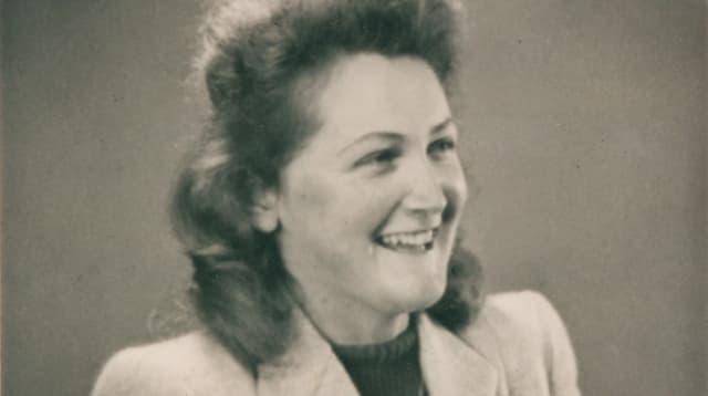 Schwarz-weiss-Bild einer jungen Frau die lächelt.
