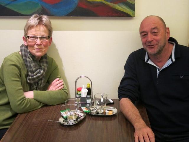 Hildegard Hodel und Christian Marbach sitzen am Tisch.