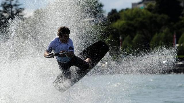 Wakeboarder auf dem See