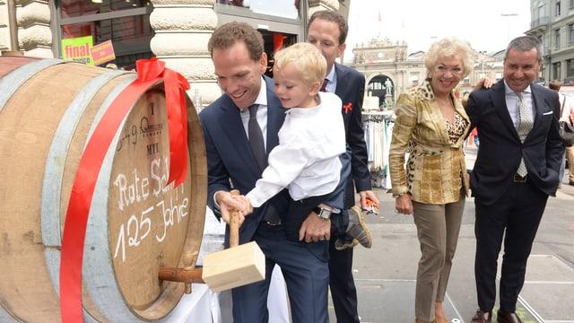 Anstich eines Weinfasses zum 125-Jahr-Jubiläum des Hotels St. Gotthard an der Zürcher Bahnhofstrasse.