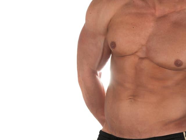 Ein männlicher Körper mit tranierten Muskeln