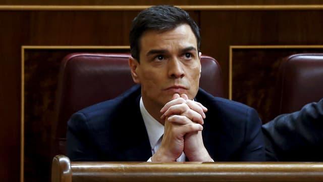 Bild von Pedro  Sánchez in betender Pose.