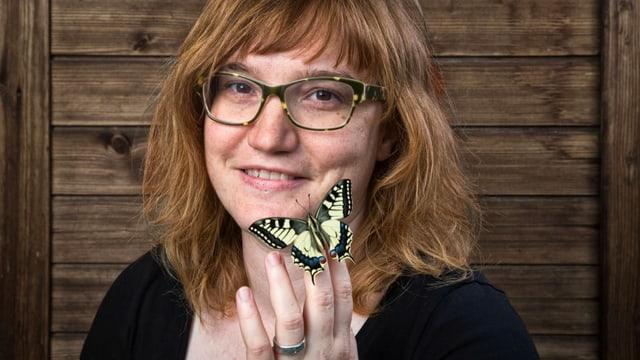 Porträt von Nicole Heimgartner mit Schmetterling