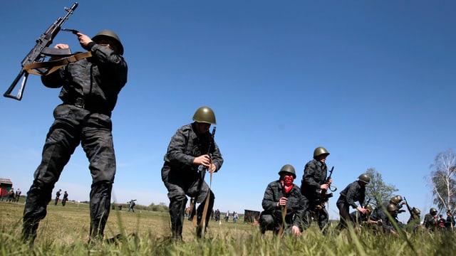 Ukrainische Soldaten auf einem Feld