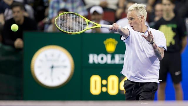 Mike McCready spielt Tennis