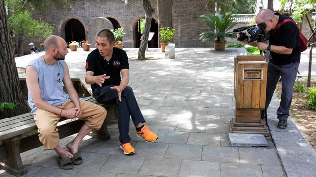 Roger Stutz mit seinem Meister sitzen auf einem Bank und Brentini an der Kamera