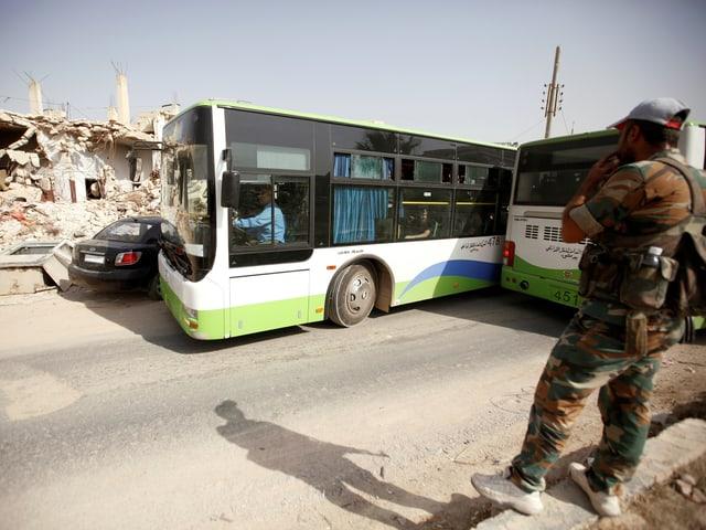 Bus vor Ruinen