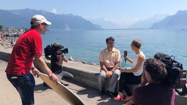 La moderatura Corina Schmed en discurs cun Marcus Caduff. Il producent Claudio De Pedrini procura per buna glisch.