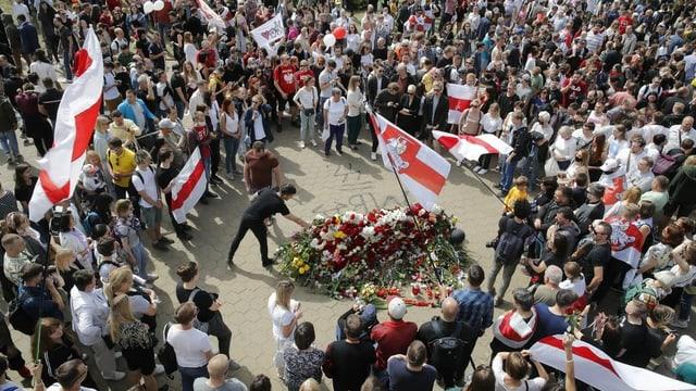Tausende Menschen gedenken dem Verstorbenen mit Blumen.