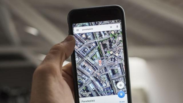Eine Handy. Daraus ist Google Maps zu sehen.