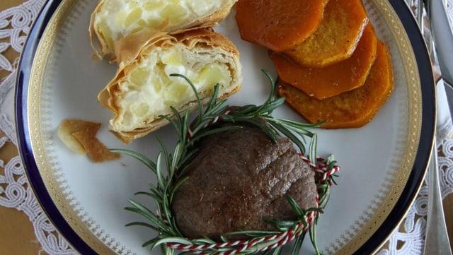 Hauptgang: Huftsteak, Kartoffelstrudel und karamelisierte Kürbisfächer