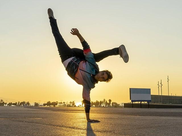 Breakdancer im Sonnenuntergang