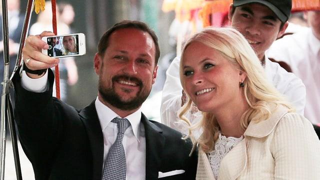 Kronprinz Haakon und Kronprinzessin Mette-Marit fotografieren sich selbst.