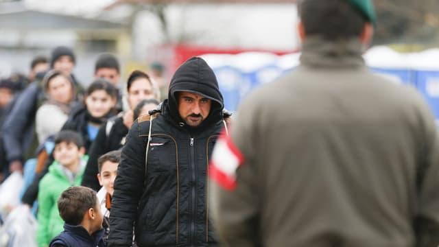 Flüchtlinge vor Zöllner