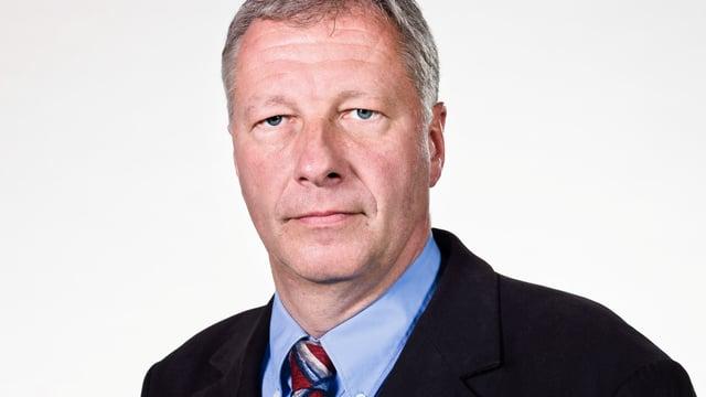 Mann mit Hemd und Krawatte.