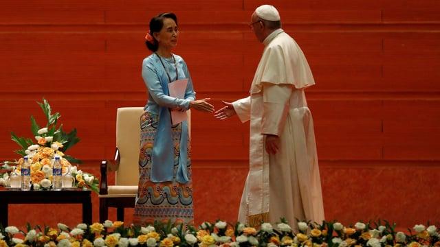 Regierungschefin Aung San Suu Kyi (linke Seite) und Papst Franziskus