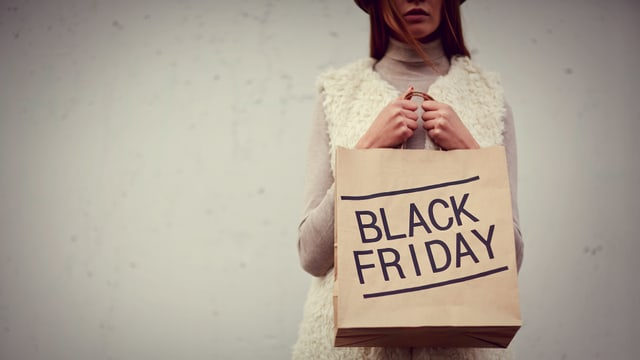Black Friday versetzt viele Leute in eine derartige Euphorie, dass sie zum Beispiel mega lang vor einem Laden warten.