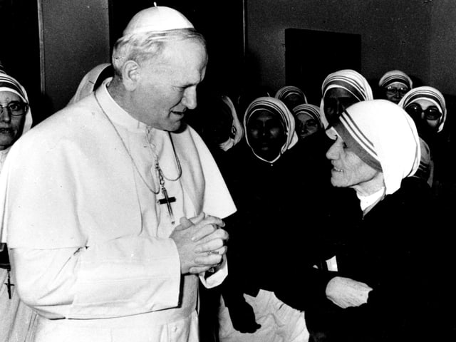 Papst Johannes Paul II. empfängt Mutter Teresa und eine Gruppe indischer Nonnen 1979 im Vatikan.