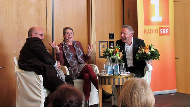«Persönlich»-Moderator Dani Fohrler auf der Bühne zusammen mit Urs Heller und Ursula Stämmer-Horst.