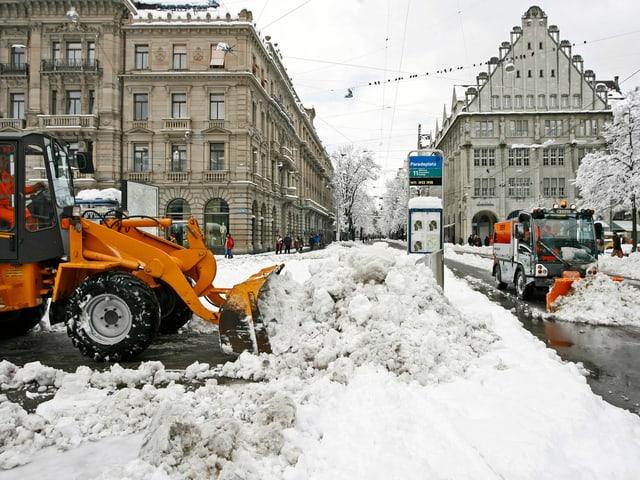Stadt mit viel Neuschnee. Die Schneeräumung ist in vollem Gang.