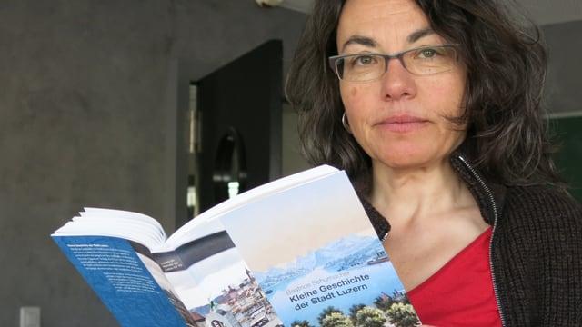 Die Historikerin Beatrice Schumacher mit ihrem Buch über die Luzerner Stadtgeschichte.