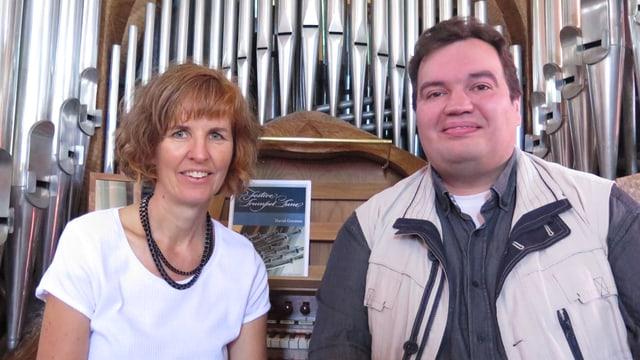 Die beiden vor der Orgel in der katholischen Kirche Murten