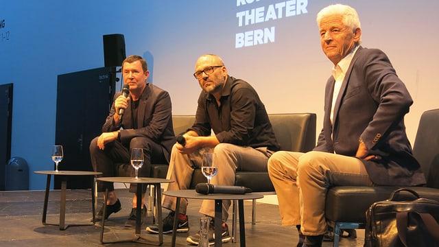 die drei auf einer Bühne von Konzert Theater Bern