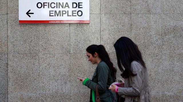 Zwei junge Spanierinnen auf dem Weg auf das Arbeitsamt.