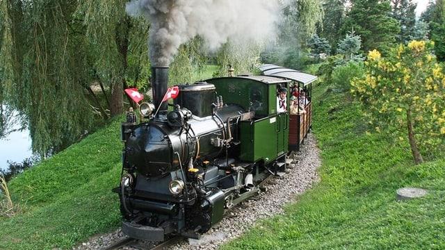 Eine Dampflokomotive in einem Park