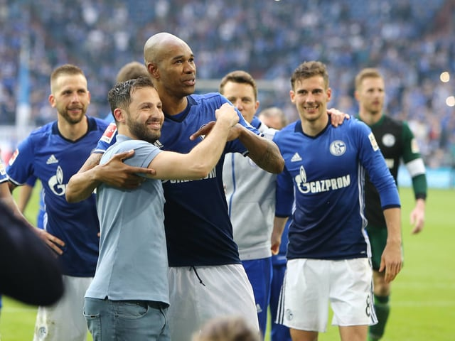 Schalke-Trainer Domenico Tedesco und seine Spieler feiern nach dem Derby-Sieg gegen Dortmund.